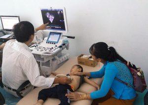 Hình ảnh bác sĩ chuyên gia thực hiện siêu âm tim cho các bé (Hình ảnh đã được sự đồng ý của phụ huynh)