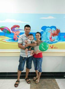 Hình ảnh cả gia đình trẻ vui vẻ và hài lòng với dịch vụ khám chất lượng cao của khu phòng khám Robot (Hình ảnh đã được sự đồng ý của phụ huynh)