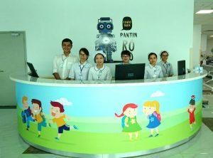 Các nhân viên tươi tắn sẵn sàng hỗ trợ và giải đáp các thắc mắc của bệnh nhân.