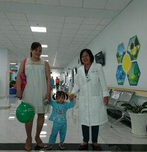 Bác sĩ chuyên gia Đỗ Thị Lài với nhiều năm kinh nghiệm trong công tác chăm sóc và điều trị nhi khoa đã tư vấn và điều trị cho các bé (Hình ảnh đã được sự đồng ý của phụ huynh)