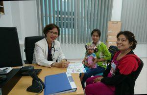 Bác sĩ chuyên gia Nguyễn Thị Hoa- Nguyên trưởng khoa Dinh dưỡng bệnh viện Nhi Đồng 1 đã tận tình tư vấn và đưa ra hướng điều trị dinh dưỡng cho các bé (Hình ảnh đã được sự đồng ý của phụ huynh)