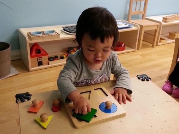 Trẻ học và chơi cùng các dụng cụ (Ảnh minh họa)