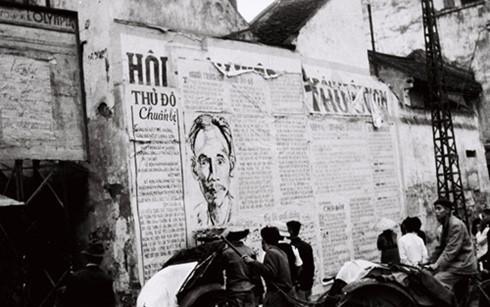 Khu vực phố Hàng Đào, Cầu Gỗ (Hà Nội) năm 1946. Ảnh:Bảo tàng Lịch sử quân sự Việt Nam.