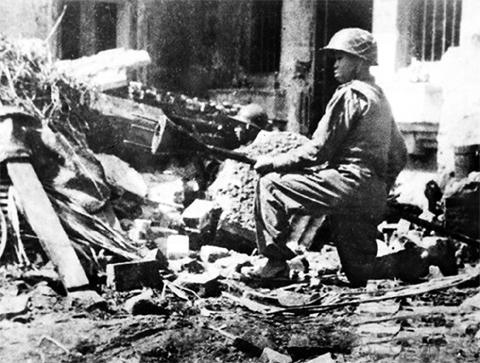 Cảm tử quân với bom ba càng sẵn sàng tiêu diệt quân Pháp. Ảnh:Tư liệu.