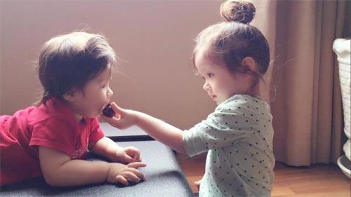 Cadie Mộc Trà ra dáng làm chị khi đút đồ ăn cho em trai (ảnh minh họa)