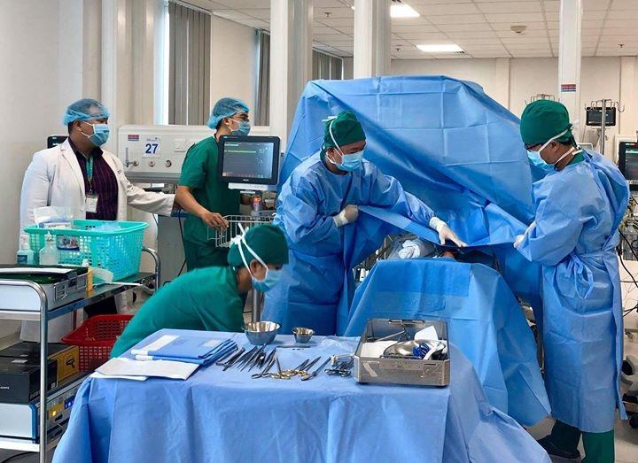 Bệnh nhi đang được chuẩn bị để phẫu thuật cột ống động mạch tại giường bệnh - khoa HSSS