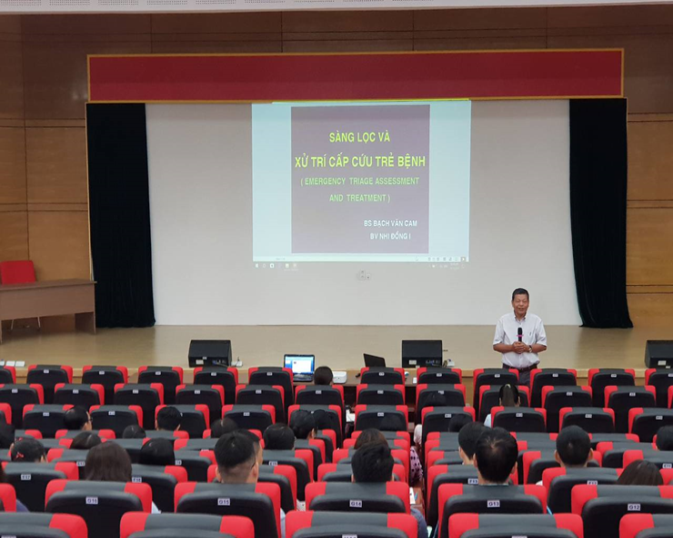 TTND. BS Bạch Văn Cam phát biểu khai giảng lớp học