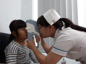 Bé được đo nhãn áp bằng máy đo không tiếp xúc, ưu điểm của phương pháp này là nhanh, chính xác, không làm trẻ sợ hãi