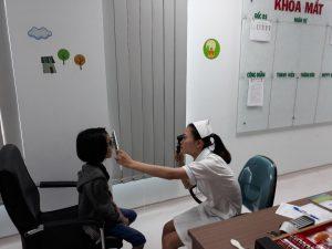 Trẻ được soi bóng đồng tử - đây là kỹ thuật khá quan trọng trong việc đánh giá khúc xạ, đặc biệt ở trẻ, để có thể tìm ra được độ kính chính xác