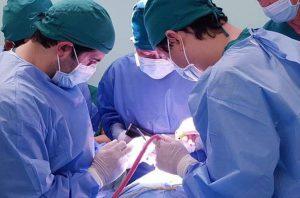 Hình: chuyên gia hỗ trợ phẫu thuật đến từ Hoa Kỳ