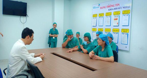 BS CKII Nguyễn Minh Tiến tiến hành cuộc họp rút kinh nghiệm trong quá trình diễn tập.