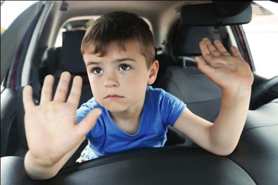 Giữ trẻ an toàn khi ngồi trên xe ô tô. - Bệnh Viện Nhi Đồng Thành Phố