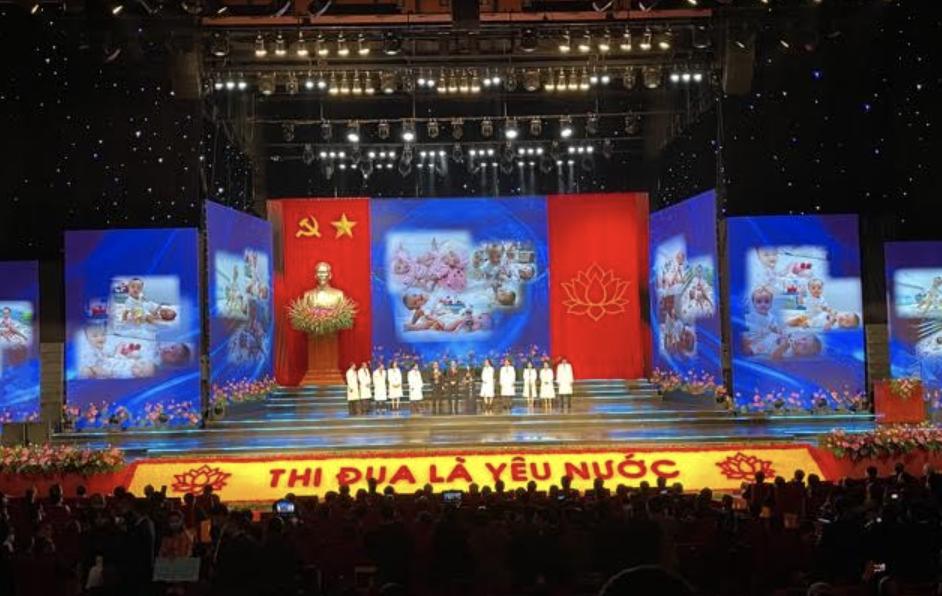 TS BS Trương Quang Định – GĐ Bệnh viện Nhi đồng Thành phố cùng các bác sĩ của ê-kíp phẫu thuật được Đại hội Thi đua yêu nước toàn quốc lần thứ X tôn vinh