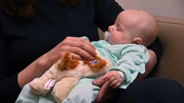 Cô Kate Cardenteé đang bế con gái Ainsley, 3 tháng tuổi. Bé sẽ được điều trị bằng Zolgensma. Ảnh: Baltimore Sun.