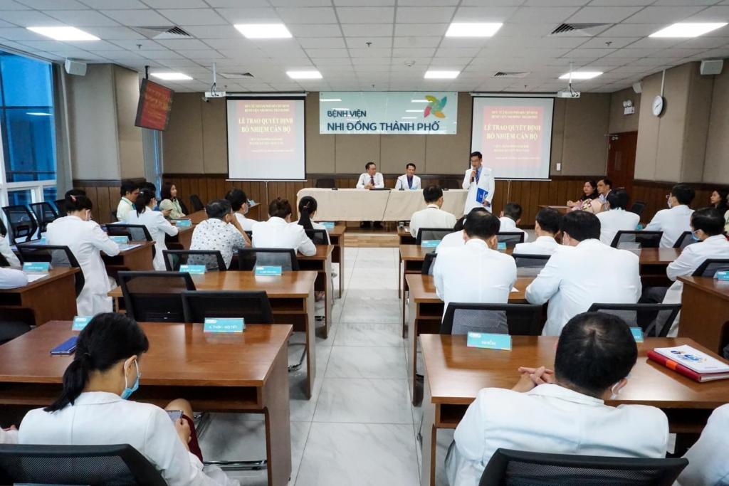 Hình: BS.CKII Nguyễn Trần Nam – Phó Giám đốc Bệnh viện Nhi Đồng Thành Phố phát biểu nhận nhiệm vụ.