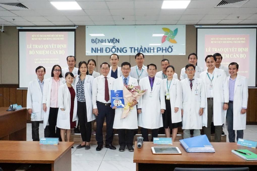 Hình: Lãnh đạo Sở Y tế TP.HCM, Ban Giám đốc và cán bộ chủ chốt bệnh viện chúc mừng BS.CKII Nguyễn Trần Nam trên cương vị mới.