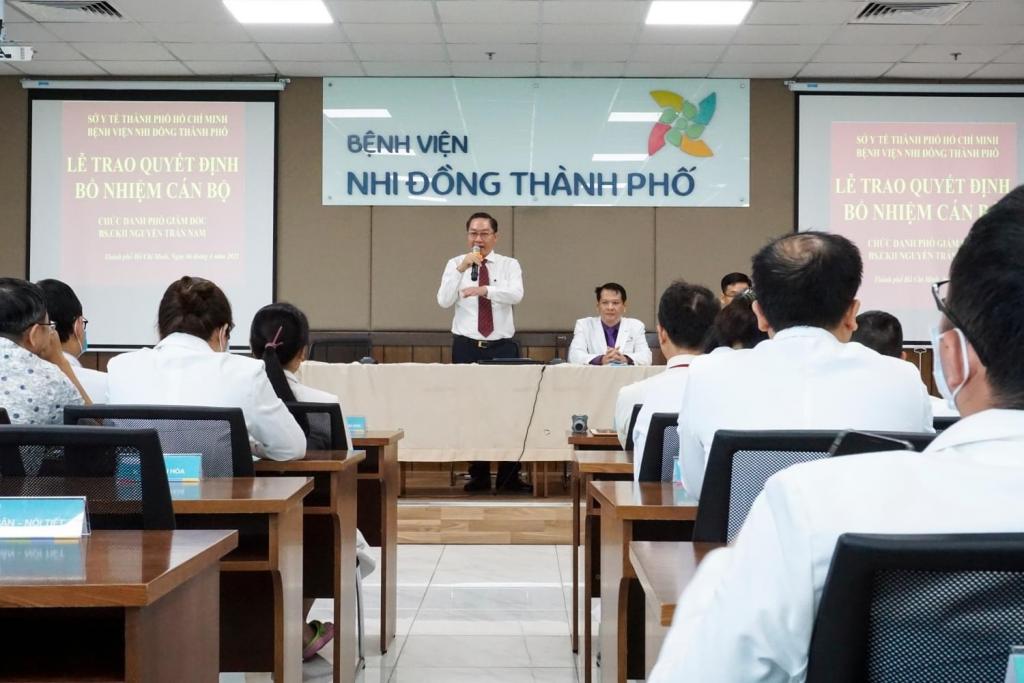 Hình: GS.TS.BS Nguyễn Tấn Bỉnh - Giám đốc Sở Y tế TP.HCM gửi lời chúc mừng và bày tỏ sự tin tưởng với vị trí mới đối với BS.CKII Nguyễn Trần Nam.
